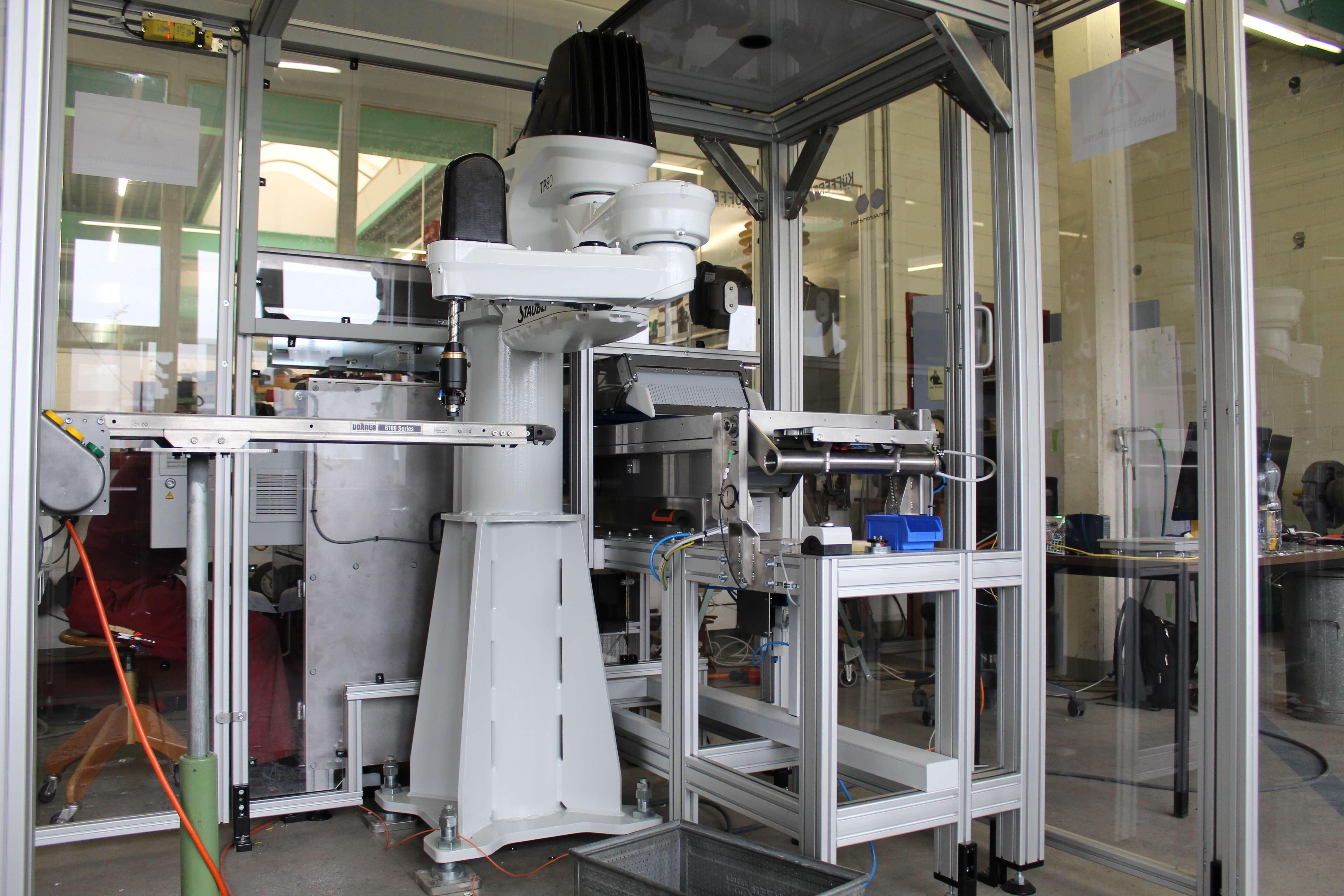 Roboterzuführung für Bandschleifanlage
