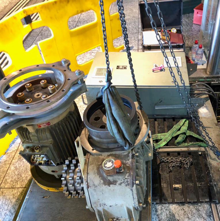Ausbau des Getriebemotors einer Rolltreppe
