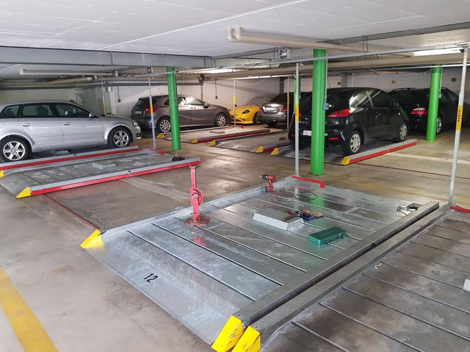 Service an einer Autoparkieranlage