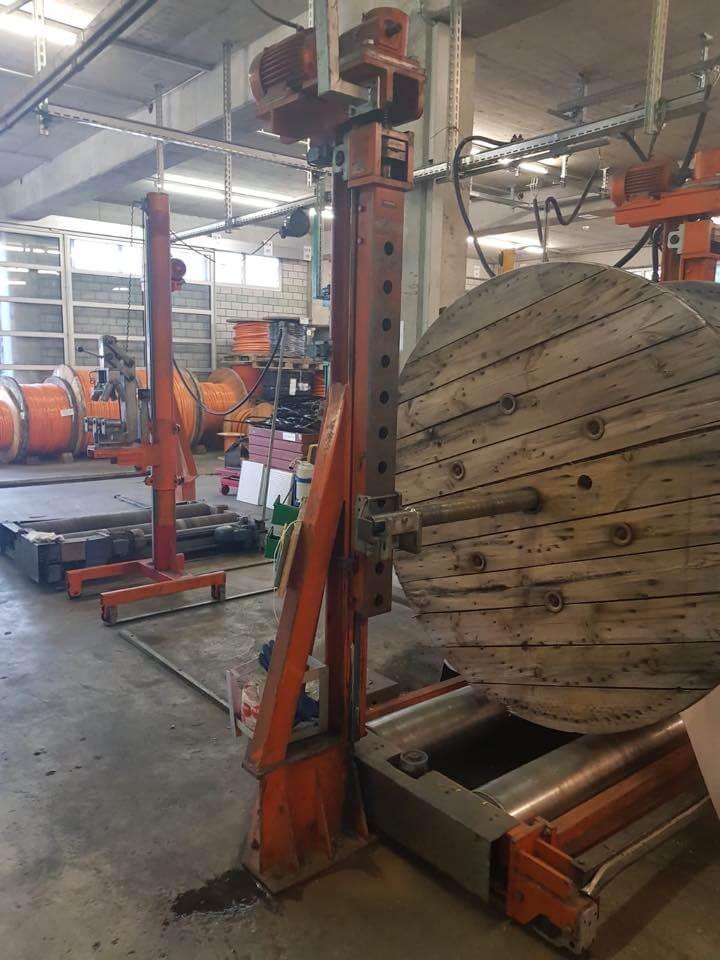 Störungsbehebung an einer Kabelumspulmaschine